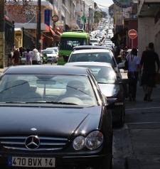 Lo más habitual es que usemos el taxi, o el costoso coche de alquiler (precios europeos)