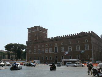 El Palacio de Venecia se halla en la misma plaza.