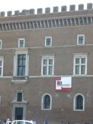 Balcón desde donde arengaba Mussolini a la muchedumbre