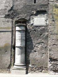 Cerca de la Puerta de San Sebastian encontramos el primer hito miliar de la calzada