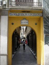 Una entrada a la Alcaicería