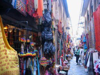 Tras su reconstrucción en estilo neo-mudéjar alberga en sus callejuelas muchas tiendas de artesanía y artículos tradicionales.