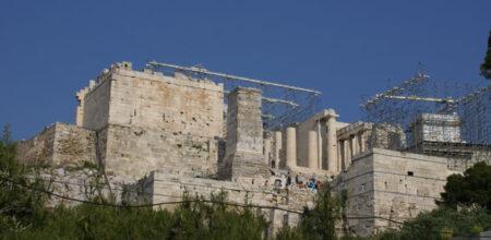 El Templo de Atenea Niké a la derecha restaurándose