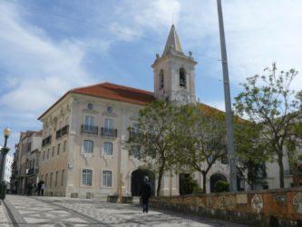 Vista del campanario y el edificio de la Cámara Municipal de Aveiro.
