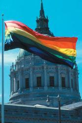 La cúpula del ayuntamiento franqueada por la bandera gay
