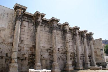 Muro y columnas monolíticas de estilo corintio