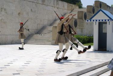Los soldados evzones desfilan en el cambio de guardia