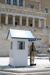 El soldado griego hace guardia impasible