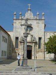Vista de la fachada de la catedral de Aveiro con el cruceiro delante.