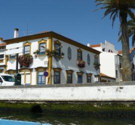 Vista de una de las hermosas casas blancas del viejo barrio de los pescadores.