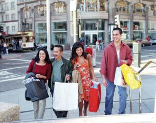 Jóvenes de compras por la comercial Union Square.