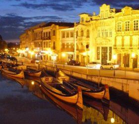 Magnífica vista nocturna del canal central de la ciudad de Aveiro.