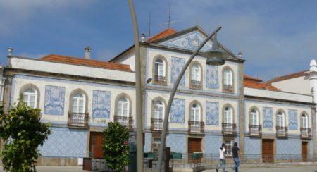 Uno de los bellos edificios que descubrir en Aveiro con sus azulejos decorándolo.