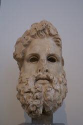 Cuenta con máscaras funerarias micénicas, estatuillas, piezas de bronce, ánforas, terracota y mucho más.