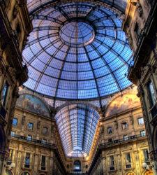 Vista de la gran cúpula abovedada de la Galleria Vittorio Emanuele II de Milán.