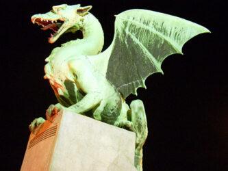Uno de los imponentes dragones del puente, símbolo de Liubliana