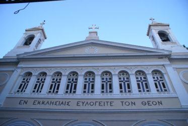 Imponente fachada de una Iglesia ateniense