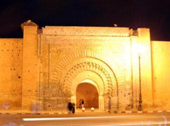 La importante puerta Bab Agnou vista por la noche