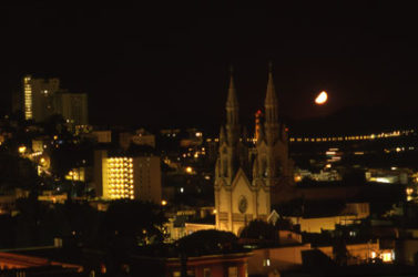 North Beach visto de noche con la luna al fondo