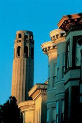 Coit Tower es una famosa torre de la ciudad de San Francisco con grandes vistas.
