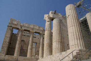 Detalle de las columnas de la terraza izquierda de los Propileos