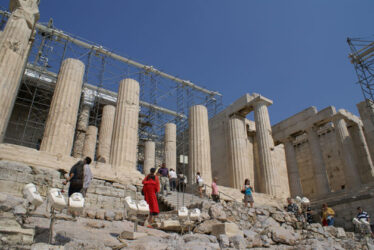 Las puertas monumentales que dan acceso a la Acrópolis, son los Propileos que mando levantar Pericles