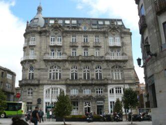 Vigo cuenta con muchas zonas de interés, como su casco viejo, el Monte del Castro, la Colegiata de Santa María, la Puerta del Sol y alrededores