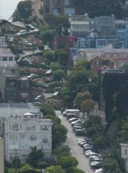 La famosa calle de Lombard Street, que ostenta la distinción de la calle más inclinada del mundo.