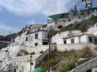 Durante el camino que atraviesa este monte sagrado vemos las típicas casas blancas y algunas de las cuevas que son famosas por servir de tablaos flamencos, bares o incluso de vivienda como las casas cueva.