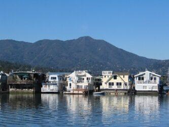 Podemos visitar sus viviendas flotantes o houseboats en la bahía Richardson