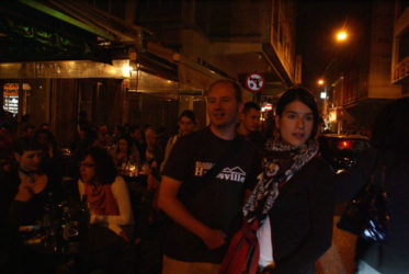 Terrazas y calles muchas veces abarrotadas en la noche de Atenas