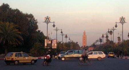 Un petit taxi, una moto y una bici, tres formas de transporte en Marrakech.