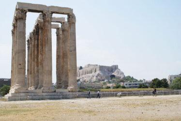 Las grandiosas columnas, con la Acrópolis al fondo