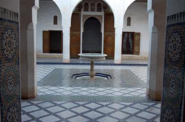 Fuente en el fascinante un patio del palacio bellamente decorado