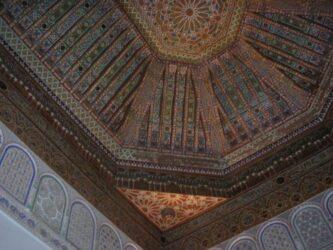 Detalle de los trabajados techos decorados artesanalmente