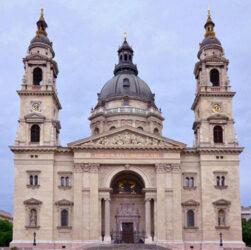 Magnífica postal de la imponente Basílica de San Esteban de Budapest.