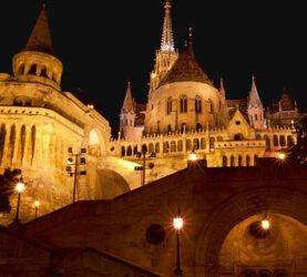 Vista nocturna del majestuoso Bastión de los Pescadores de Budapest.