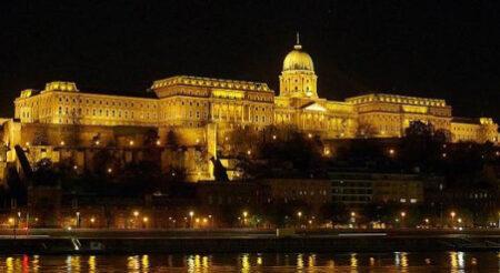 Espectacular la visión nocturna del castillo de Buda.