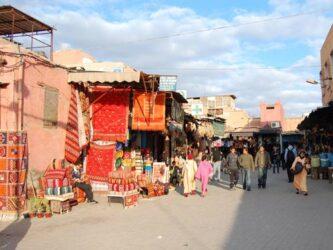 Imagen de una calle del zoco, una escena típica de Marrakech