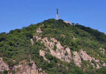 Imagen del Monte Gellert con el monumento a la Libertad en todo lo alto del mismo