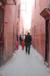 Una callejuela de Marrakech llena de vida en esta ocasión