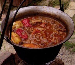 Uno de los platos más tradicionales es el goulash, de fama mundial y que consiste en una antigua receta.