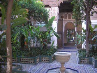 Uno de sus muchos hermosos jardines con una fuente en el centro