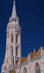 La alta torre de la iglesia de Matías es otro de los atractivos de este bello templo.