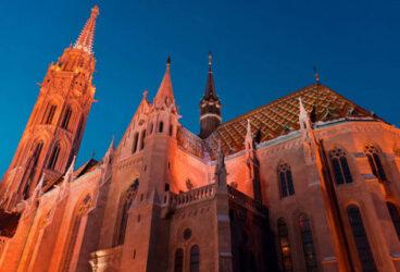 Imagen nocturna de la iglesia de Matías donde se han celebrado bodas y coronaciones reales.