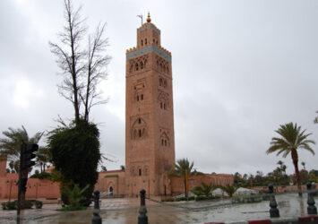 La famosa mezquita de la Koutoubia en un día de lluvia