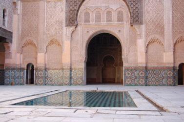 El precioso patio interior de la Madraza Ben Youssef con su artesanal ornamentación