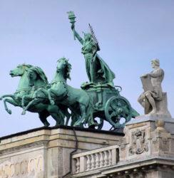Detalle de la hermosa estatua que corona el edificio del museo Etnográfico.