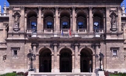 La bella Ópera nacional de Hungría es un punto que también deberíamos ver.