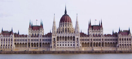 Visión frontal de la majestuosa fachada del Parlamento de Budapest.
